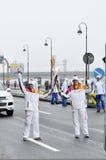 Tända eld på bäraren Sochi 2014 i den olympiska flamman för den St Petersburg, Ryssland överföringen Royaltyfria Foton