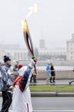 Tända eld på bäraren Sochi 2014 i St Petersburg, Ryssland Royaltyfria Bilder