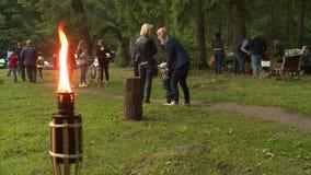 Tända eld på flamman, och folket firar årlig solstånddag Traditionell hednisk ferie lager videofilmer