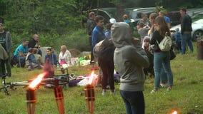 Tända eld på flamman, och folket firar solstånddag arkivfilmer