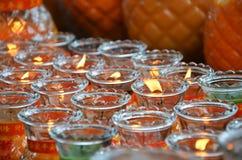 Tända en lampa för fred i den Kek Lok Si templet, Penang fotografering för bildbyråer