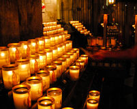 Tända en stearinljus i kyrka Royaltyfri Bild