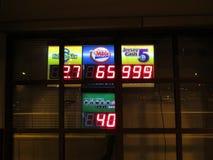 Tända lotterier undertecknar på den Edison drevstationen, NJ USA arkivbilder