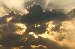 Tända och fördunkla när solnedgången på skyen Arkivfoton