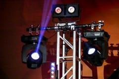 Tända och solid utrustning på musikfestivalen fotografering för bildbyråer