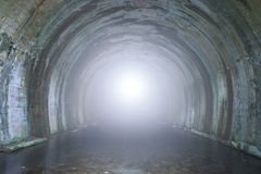 Tända på avsluta av tunnelen royaltyfri foto