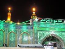 Tända på den heliga relikskrin av Abbas Ibn Ali, Karbala, Irak på natten arkivbild