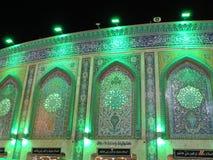 Tända på den heliga relikskrin av Abbas Ibn Ali, Karbala, Irak på natten royaltyfri fotografi
