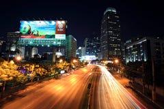 Tända slingor på den Ratchadaphisek gatan till den Asoke föreningspunkten på Januari 18,2013 i Bangkok, Thailand. Royaltyfria Foton
