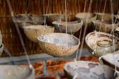 Tända stearinljus eller kapacitetar som göras av kokosnöten, beskjuter arkivfoto