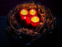 Tända stearinljus för Adventkrans tre Royaltyfri Foto