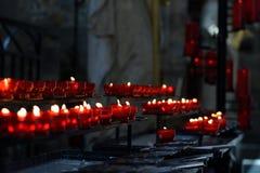 Tända stearinljus i en kyrka Arkivfoton