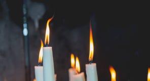 Tända stearinljus i kapellet av Lourdes Arkivbild