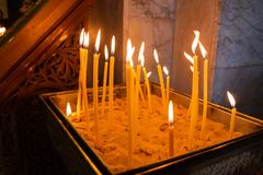 Tända stearinljus i kristen kyrka i Nazareth royaltyfri fotografi