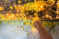 Tända stearinljus i templet Royaltyfria Bilder