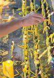 Tända stearinljus i templet Arkivbild