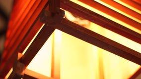Tända upp ljuskronan i nära hemtrevlig inre modern desigh Träfyrkantig lykta för mjuk och hemtrevlig tändande dekor in arkivfilmer