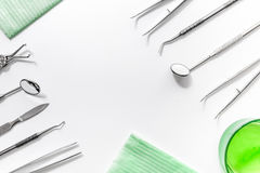 Tänder att bry sig med tandläkareinstrument i modellen för den bästa sikten för bakgrund för kontoret för doktors` s den vita royaltyfria bilder