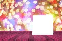 Tänder den pålagda tabellen för det vita kortet och suddig bokeh ut ur fokus i natt bakgrund produktskärmmall 3d business dimensi Arkivbild