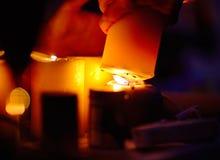 Tänder en stearinljus från andra Royaltyfri Bild