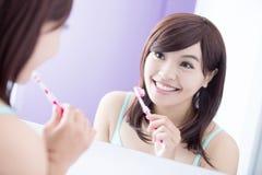 Tänder för leendekvinnaborste royaltyfri foto