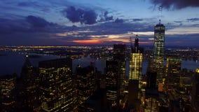 Tänder i stadens centrum skyskrapor för NYC New York City i den ljusa natten och att förbluffa modern stads- horisont i aerian 4k arkivfilmer