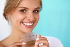 tänder som whitening Härlig le hållande blekmedelremsa för kvinna Royaltyfria Bilder