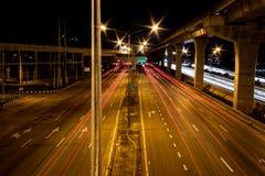 Tänder suddiga ljus av bilar på vägen royaltyfria bilder