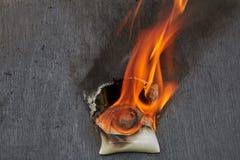 Tändning av defekt ledningsnät i hushållströmförsörjningnätverk arkivfoton