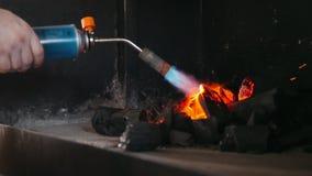 Tändning av kol i grillfestugnen stock video