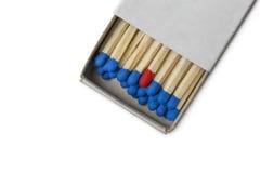 Tändsticksask med blått och röda matcher en Arkivbild
