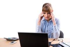 Tänka, tröttat eller dåligt med huvudvärkaffärskvinnan på kontoret royaltyfri bild