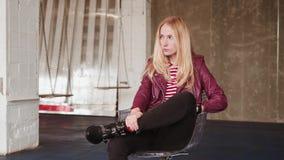 Tänkande åldrigt kvinnasammanträde för mitt på tillfällig stol Vindställe lager videofilmer