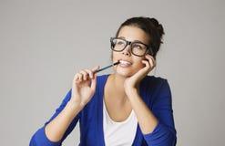 Tänkande affärskvinna som ser upp, eftertänksam ung flicka i Glasse arkivbild