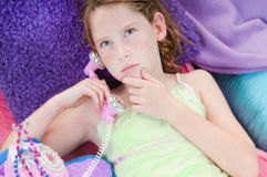 tänkande barn för flickatelefon Royaltyfri Fotografi