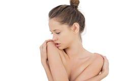 Tänkande brunettmodell som poserar rymma hennes skuldror Arkivfoton