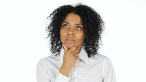 Tänkande eftertänksam svart kvinna stock video