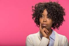 Tänkande framsidastående för ung svart kvinna Arkivbilder