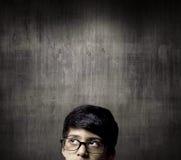 Tänkande halvt huvud av snilleLittle Boy bärande exponeringsglas arkivbilder