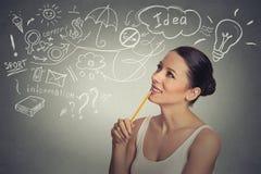 Tänkande har drömma för kvinna många idéer som ser upp Arkivbilder