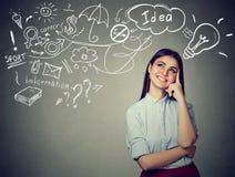 Tänkande har drömma för kvinna många idéer som ser upp på planet Arkivfoton