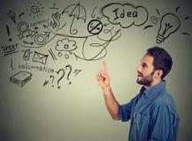 Tänkande har drömma för ung man många idéer som ser upp Arkivfoto