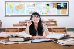 Tänkande idé för kvinnlig elev i klassrumet Arkivfoton