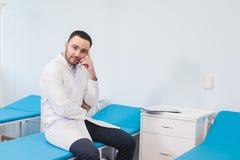 Tänkande konsultation för doktor på sjukhussalen arkivbilder