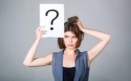 tänkande kvinna Begrepp - utmanande fråga som söker efter svaret Isolerad flicka Kvinna med tvivelaktigt uttryck och royaltyfri foto
