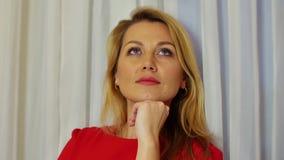 Tänkande kvinna för stående som ser runt om slut upp fundersam kvinna för framsida stock video