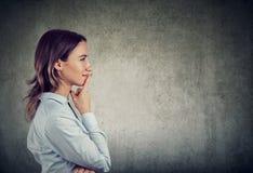 Tänkande kvinna som gör ett beslut royaltyfri bild