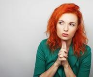 Tänkande kvinna som grubblar över något Royaltyfri Foto