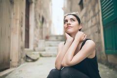 Tänkande kvinna som står eftertänksamt beskåda se tänka upp kvinna arkivfoto