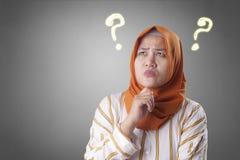 Tänkande lösning för muslimsk kvinna som löser problem royaltyfri bild